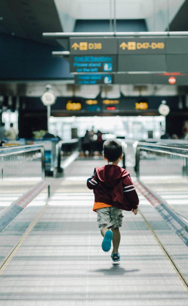 chłopiec biegnący na lotnisku