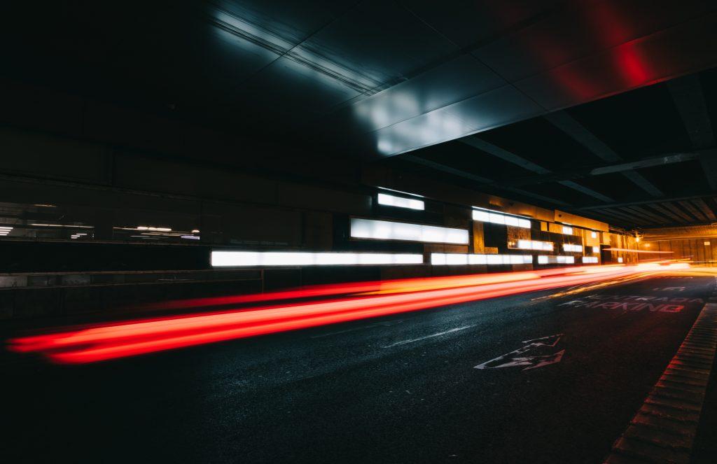 podziemny parking nocą