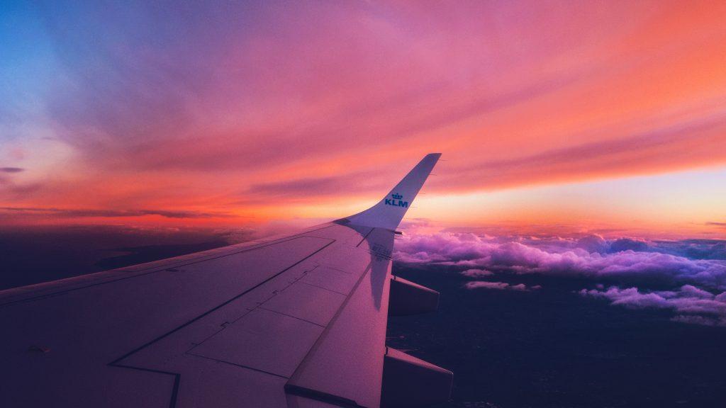 skrzydło samolotu podczas lotu w zachodzie słońca