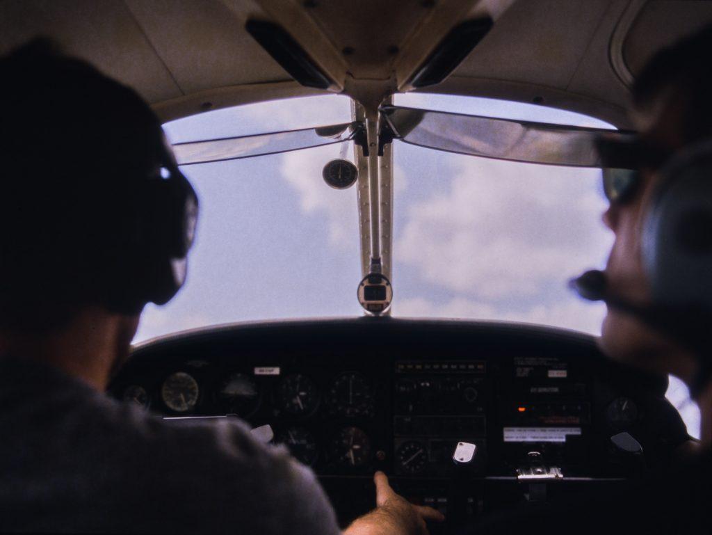 piloci za sterem samolotu