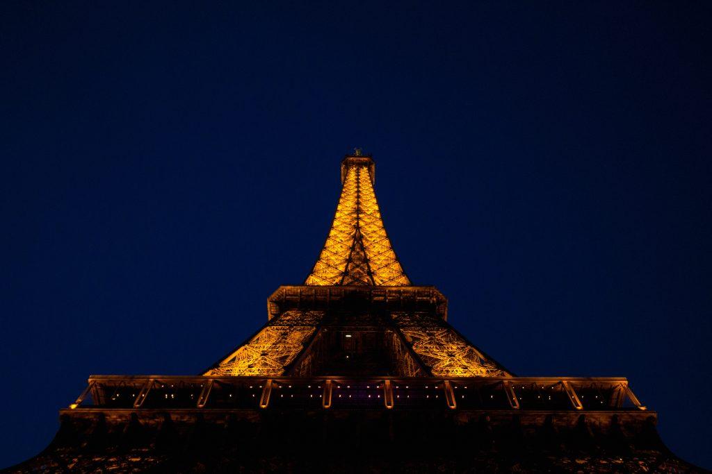 oświetlona wieża eiffla