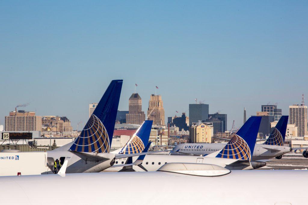 samoloty stojące na lotnisku