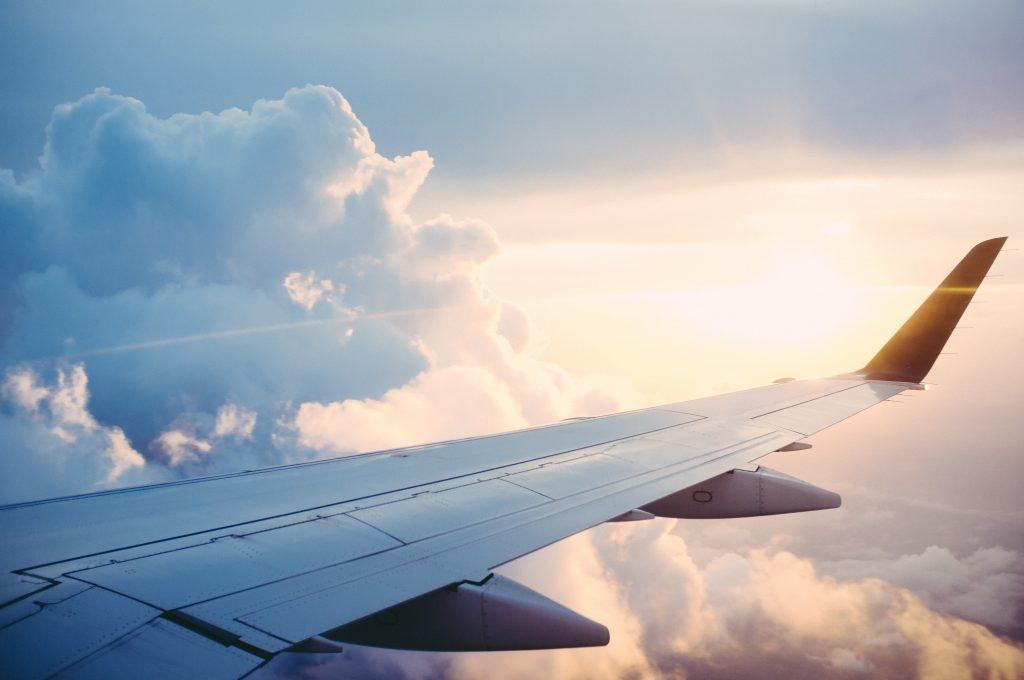 skrzydło samolotu podczas lotu w chmurach